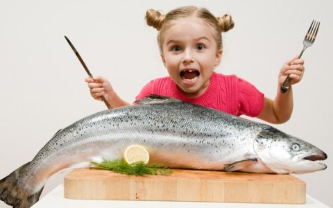 Laks_young-girl-with-salmon